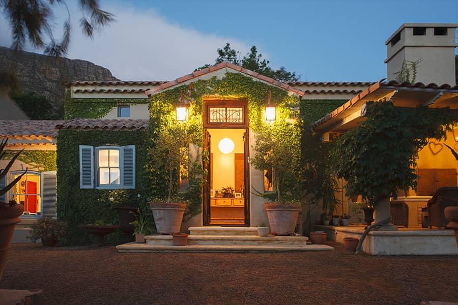 Huis met buitenverlichting in de avond verlicht door Argus schemerschakelaar