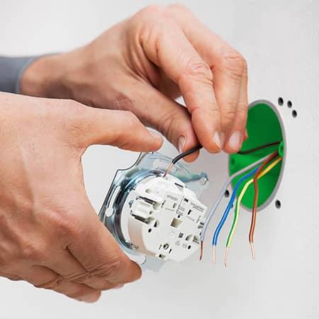 Aanlsuitkabels voor een stopcontact worden aangesloten