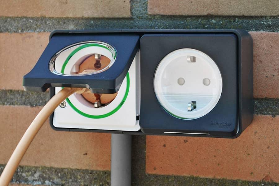 Dubbel stopcontact van Mureva Styl met een stekker
