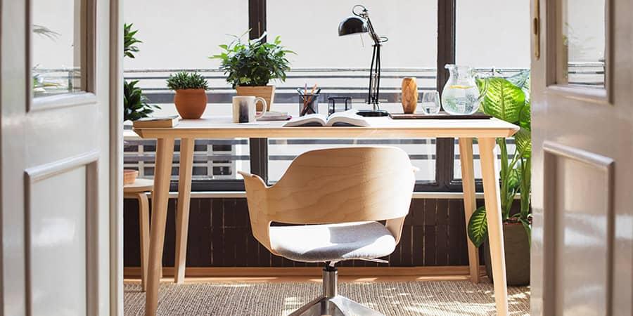 Interieur thuiskantoor met lichte kleuren voor een fijne werkplek