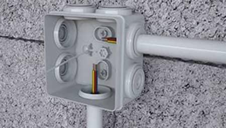Kabledoos voor buitenstopcontacten gemonteerd op de muur