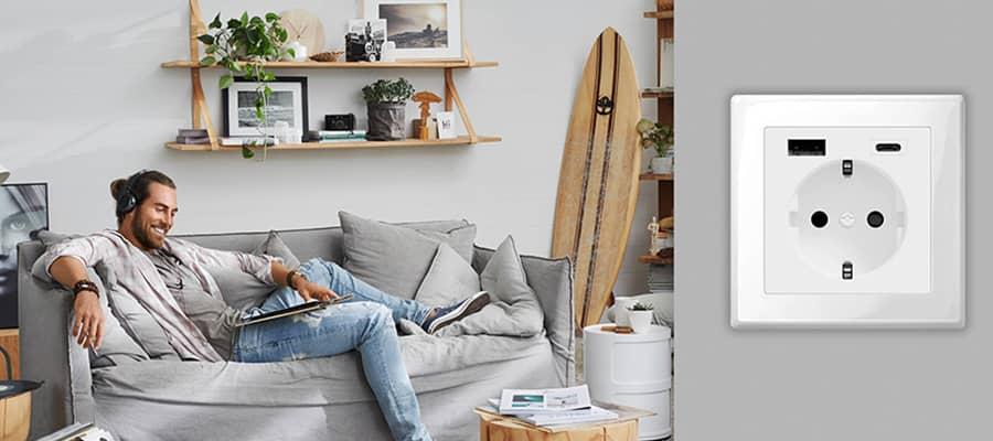 Man geniet van USB stopcontact in zijn huis