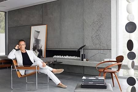 Man in design interieur geniet van Zwart schakelmateriaal