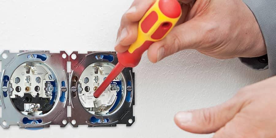 Schakelaar naast een stopcontact wordt getest via testcontacten