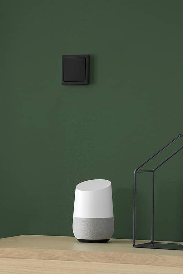 Zwart schakelmateriaal in een mooi interieur met een groene muur
