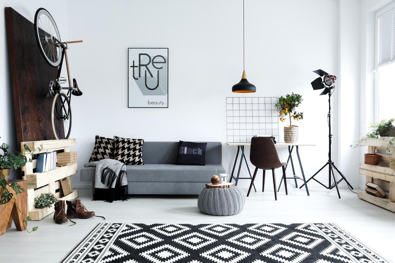 Lichte en speelse woonkamer met daarin veel moderne meubels
